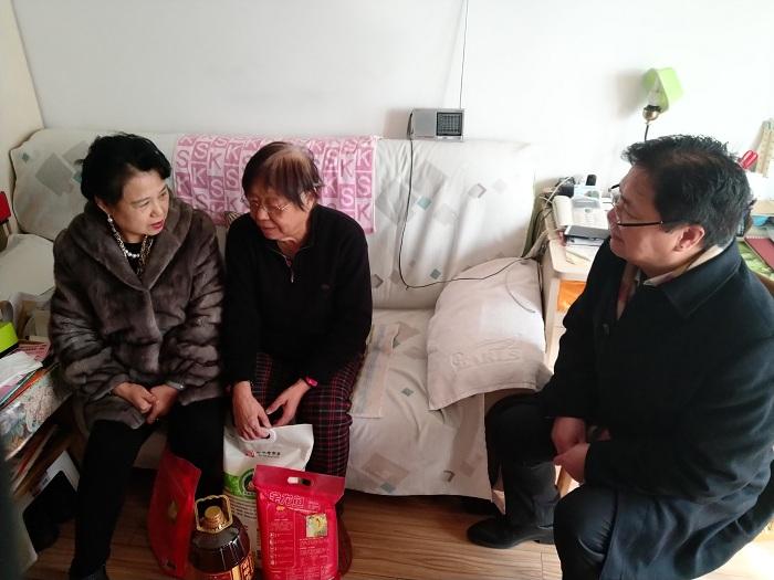 集团刘总同区人大代表张俊峰一同前往金润西马社区对贫困户进行慰问